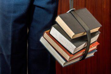 учебники и школьники