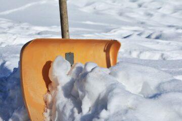 колясочники убирали снег